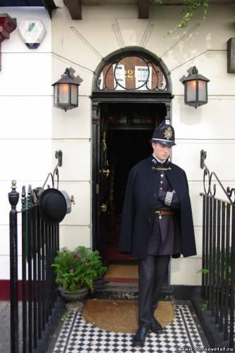 полицейский у музея Шерлока Холмса