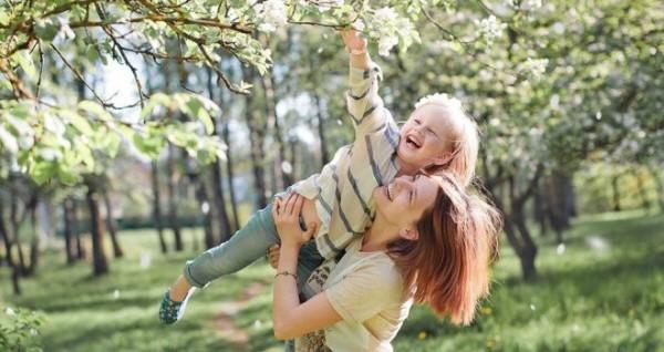 мама и счастливый ребенок