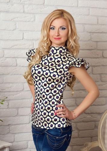 женщина в блузке