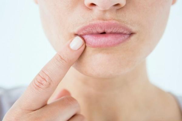 Палец возле губы