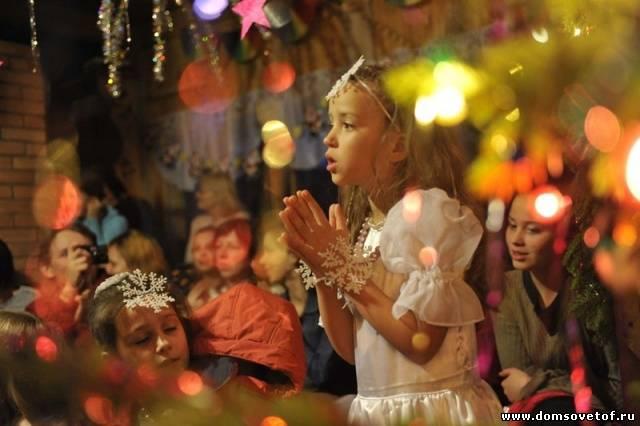 Новогодний праздник для взрослых сценарий