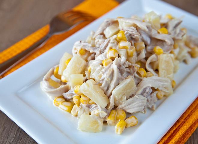 Салат с ананасами и грибами и курицей слоеный