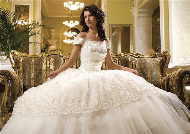 Кроме белого цвета, популярен и мягкий золотистый или серебряный оттенок. А самым красивым свадебным платьем сегодня считается платье свежего мятного